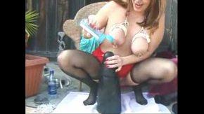 Girl porno o blonda filmata cand sta pe burta si ii baga pula in cur