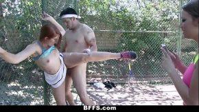 O fute dupa ce se plictisesc de tenis o fute din picioare se tine de un gard de sarma sa nu cada cand o trage