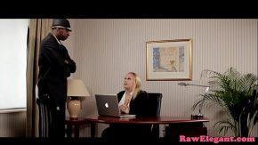 Judecatoare corupta fututa la birou de un avocat negru
