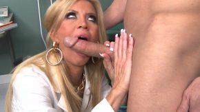 Barbatul fute tare la doamna cu bucile mari