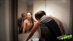 Porno femeie mica fututa la wc de amant
