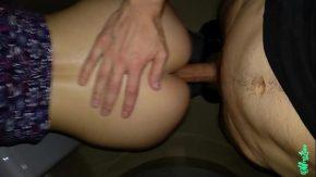 Pustoaica se masturbeaza porno sex cu brunete futute noaptea in cur