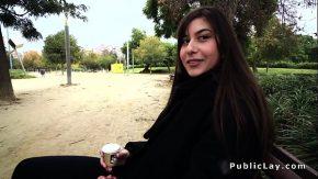 Budoar video cu brunete cu par lung se fut in parc