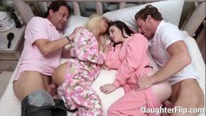 Sex frumos cu doua surori ce sunt futute de doi barbati in acelas pat