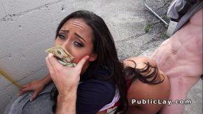 O plateste cu 100 de dolari si o fut doi barbati doriti de pizda in public