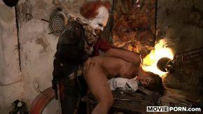 Film porno tiganca maltratata de un clovn ce isi baga pula in gura ei