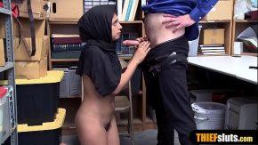 Sex cu araboaica suge un politist de pula sa nu o amendeze
