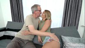 Sex cu un matur stie cum sa satisfaca o tanara buna rau o linge la pizda