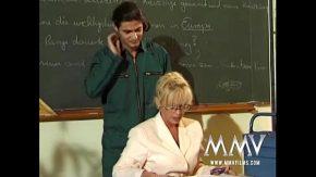 Sex la scoala cu o profesoara batrana fututa de un elev violator
