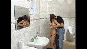 Rusoaica timida face sex cu fratele la baie