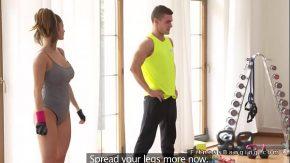 Filme porno cu o instructoare de fitness se fute cu un tanar slabut