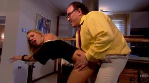 Sex pasional cu o blonda se fute cu un avocat grasan