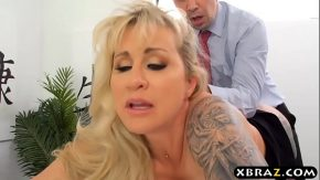Femeie care face sex la munca cu patronu