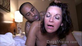 Diana o matura de 50 de ani plateste un negru sa o satisfaca