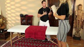 Porno cu camera ascunsa blonda corpolenta fututa la masaj