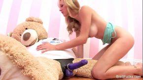 Blonda care se fute cu ursuletul ei de plus