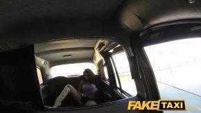 I-o strange intre sanii ei mari si i-o suge puternic in masina taximetristului