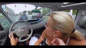Porno in trafic o blonda suge pula partenerului in trafic