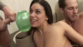 Curvisteana incearca pentru prima oara sexul anal in grup