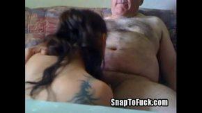 Tatal si fica fac un film porno in care fata ii suge pula tatalui gras