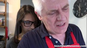Bunicul isi vede nepoata goala la bucatarie si o fute tare