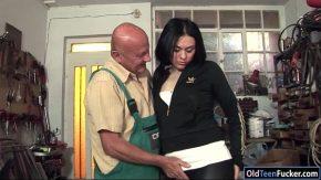 Violat de sotie dildo mecanic urat fute o tanara in atelier