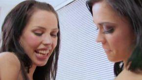 Femeile frumaose se saruta cu multa pasiune la pasarica