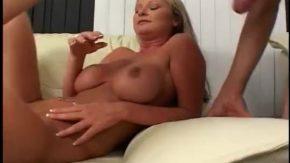 Inainte de sex brunetica incepe cu un masaj erotic