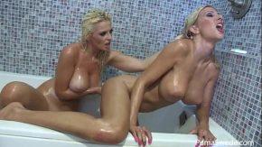 Amor intre lesbiene blonde in baie