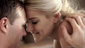 Scena erotica de sex anal cu o blonda