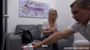 Blondina matura se duce la medic si acesta o seduce si se da la ea dupa ce ii vede corpu