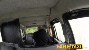 Un taximetrist are parte de o clienta cu sani mari si cu chef de sex