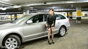 Elena se penetreaza cu vibratorul stand in masina