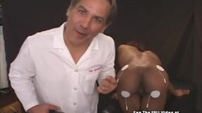 Doctor nebun curenteaza o negresa pe sani si la pizda
