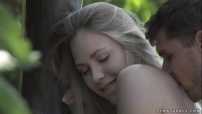 Blonda penetrata in cur in parc langa o banca