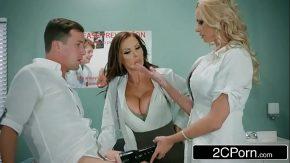 Doua doctorite sexy se delecteaza cu pula unui tanar pacient