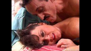 Barbatul cu mustata cand isi vede sotia in lenjerie intima ii trage pula pe la spate pana ce cedeaza ca nu rezista mult