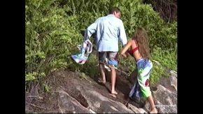 Bunicul isi fute nepoata porno pe o insula pustie