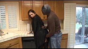 Porno cu iubitul ei negru i se scoala pula si o fute din picioare in bucatarie