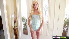 Blonda cu pizda foarte mica largita rau se pune pe plans