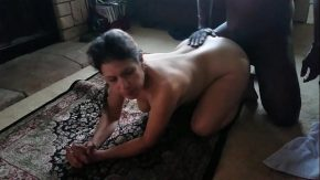 Porno cu mame puse sa stea capra pe covor si un negru sa ii bage pula in fund
