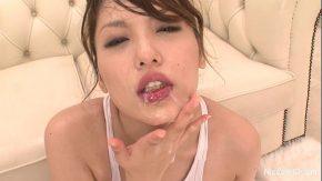 Asiatica suge pula la un grup si primeste ejaculari de sperma pe gura si fata ei