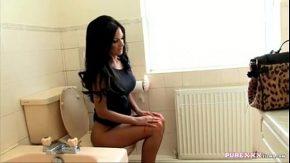O bruneta se fute cu fratele ei cand este la wc