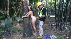 Filme porno cu un taietor de lemne ce violeaza o pustoaica bucoasa