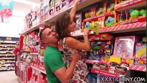 Fututa intr-un super market si filmati cu camera de luat vederi