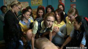 Eleve asista la un futai in clasa scoli unde o fute in pizda cu prezervativul
