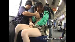 Doi iubiti sunt in tren si se mangaie unul pe altul pana cand se dezbraca si si-o trag in tren