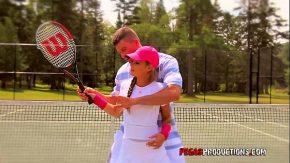 Sportiv se fute pe terenul de tenis cu o tenismena buna