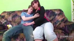 Nemtoaica matura e filmata de camera de la tanaru cret din casa cand ii face un oral pasional
