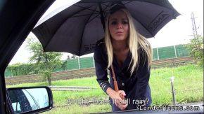 Panarama sta in ploaie iar un client face sex cu ea in ploaie